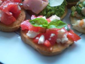 брускетта с помидорами и моцареллой