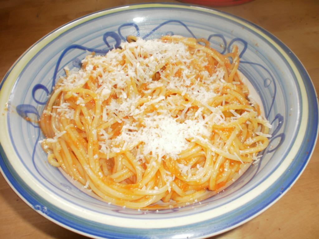 спагетти с соусом из томатов и базиликом