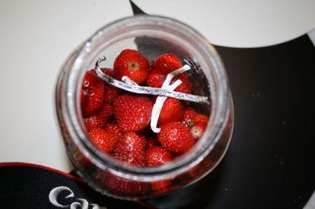 ликер-клубничный: ягоды выкладываем в банку