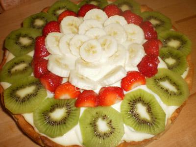 торт с фруктами и кремом