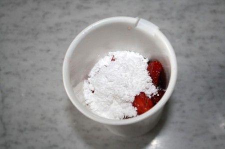 измельчаем клубнику с сахарной пудрой