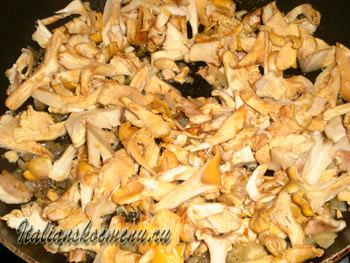 обжариваем грибы и лук на сковороде