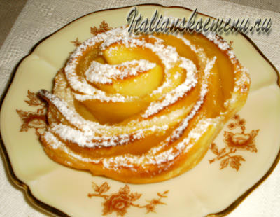 слойки с яблоками посыпаем сахарной пудрой