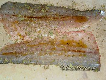 филе рыбы на бумагу, солим, перчим и посыпаем орегано