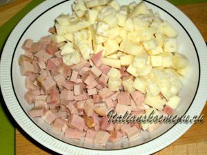 нарезаем кубиками сыр и ветчину