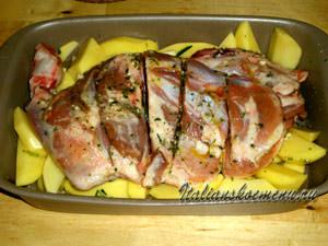 выкладываем мясо поверх картофеля